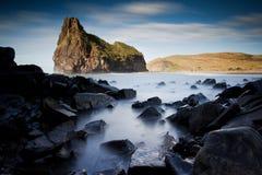 Schilderachtige rotsachtige kustlijn royalty-vrije stock fotografie