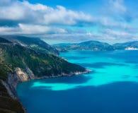 Schilderachtige rotsachtige kustlijn op Kefalonia-eiland Verbazend landschap met cloudscape en schaduwen op overzeese oppervlakte royalty-vrije stock foto