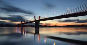 Schilderachtige schemering, mening op brug over Vistula-rivier in Kwidzyn in Polen Stock Afbeelding