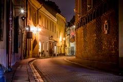 Schilderachtige smalle straat van de oude stad van Vilnius bij nacht Royalty-vrije Stock Fotografie