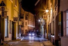 Schilderachtige smalle straat van de oude stad van Vilnius bij nacht Royalty-vrije Stock Afbeelding