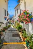 Schilderachtige straat van Mijas met bloempotten in voorgevels Andalus Stock Fotografie