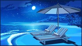 Schilderachtige strandparaplu en ligstoelen bij nacht Stock Foto's