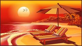 Schilderachtige strandparaplu en ligstoelen bij zonsondergang Stock Foto