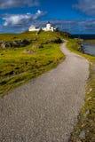 Schilderachtige Strathy-Puntvuurtoren dichtbij Thurso bij de Atlantische het Noordenkust van Schotland stock afbeelding