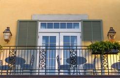 Schilderachtige vensters van oude herenhuizen van het Franse Kwart in New Orleans stock afbeelding