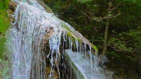 Schilderachtige Waterval Dzhur Dzhur in Motie stock videobeelden