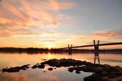 schilderachtige zonsondergang, mening op brug over Vistula-rivier in Kwidzyn in Polen Stock Foto
