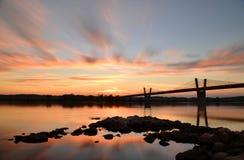schilderachtige zonsondergang, mening op brug over Vistula-rivier in Kwidzyn in Polen Stock Afbeelding