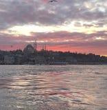 Schilderachtige zonsondergang met overzeese en stadsmening van Istanboel Turkije stock afbeelding