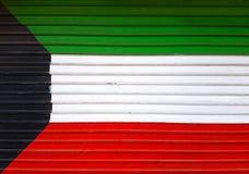 Schilderde de Nationale Vlag van Koeweit vers Metaalzonneblindenachtergrond royalty-vrije stock foto's