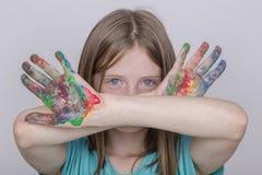 Schilderden de het portret jonge meisje en handen in waterverf, omhoog sluiten Royalty-vrije Stock Afbeelding