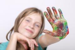 Schilderden de het portret jonge meisje en handen in waterverf, omhoog sluiten Stock Fotografie