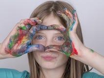 Schilderden de het portret jonge meisje en handen in waterverf, omhoog sluiten Stock Foto's