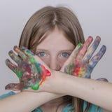Schilderden de het portret jonge meisje en handen in waterverf, omhoog sluiten Stock Afbeelding