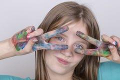 Schilderden de het portret jonge meisje en handen in waterverf, omhoog sluiten Royalty-vrije Stock Foto