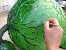 Schilderend op model, die op scupture schilderen Royalty-vrije Stock Afbeelding