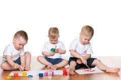 Schilderende kinderen op de vloer Stock Foto's