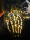 Schilderende schedel en skelethand, op zwarte achtergrond en siermandala Luchtpenseel het schilderen Royalty-vrije Stock Foto's