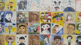 Schilderijen en gebeeldhouwde gezichten van mensen op de muur voor gedenkschrift royalty-vrije stock foto's