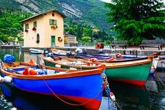 Schilderlandschap met boten in mooi meer Lago Di Garda Aan Stock Foto