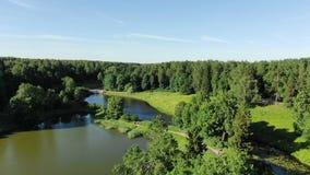 Schilderpark met groene bomenschaduwen op diepe blauwe rivieren stock footage