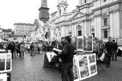 Schilders en toeristen in Piazza Navona Stock Fotografie