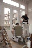 Schilders op het werk binnen royalty-vrije stock afbeelding