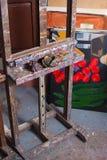 Schildersezel in schildersatelier Stock Foto's