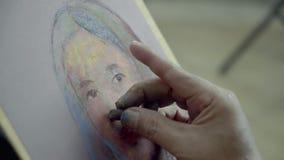 Schildershand het schilderen vrouwengezicht op canvas stock videobeelden