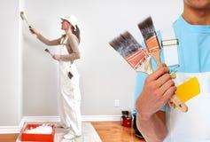 Schildershand met het schilderen van borstel Stock Foto