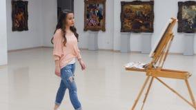 Schildersmeisje die aan het canvas komen steadicam 4K stock video