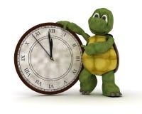 Schildpad met een klok bij nieuwe jaren Stock Afbeelding