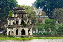 Schildpadtoren bij het meer van Hoan Kiem of Zwaardmeer, Ho Guom in Hanoi stock foto