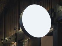 Schildshop Spott herauf Logo Circle Display Building Exterior Stockfotografie