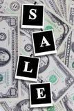 Schildverkauf auf dem Dollarhintergrund Stockbild