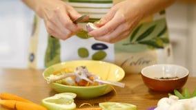 Schilknoflook voor salades stock video