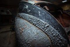Schilverf op een uitstekende auto - close-up stock afbeeldingen
