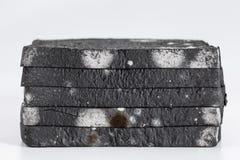 Schimmeliges geschnittenes Schwarzbrotlaib vorbei Stockfotos