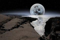 Schimmernder Mond in felsigem burren Landschaft lizenzfreie stockfotografie