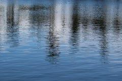 Schimmerndes Wasser stockbild