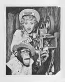 Schimpans med aktris - A circa tappningfotografiet 1940 med filmkameran och projektorn som agerar som, turnerar handbok och press Royaltyfri Bild