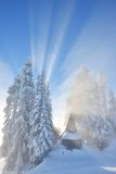 Schimpfen Sie Berg mit frischem Schnee und nebelhaften Sonnenstrahlen Stockbilder