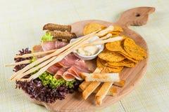 Schinken, Chips und Salat Stockbild