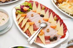 Schinken, Käse und prosciutto Scheiben sortiert auf silv Lizenzfreie Stockfotos