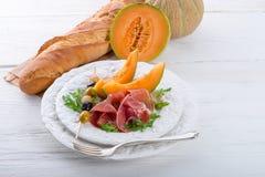 Schinken mit Melone und Oliven Stockfoto