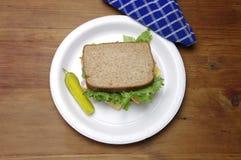 Schinken-Sandwich, Kopfsalat, Essiggurke auf rauem Holz stockbild