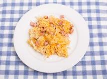 Schinken-und Käse-Bratkartoffeln auf weißer Platte Lizenzfreie Stockfotografie