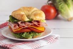 Schinken-und Käse-Sandwich mit Kopfsalat-Käse und Tomaten lizenzfreies stockfoto