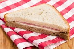 Schinkensandwich auf checkered Serviette Lizenzfreie Stockfotografie